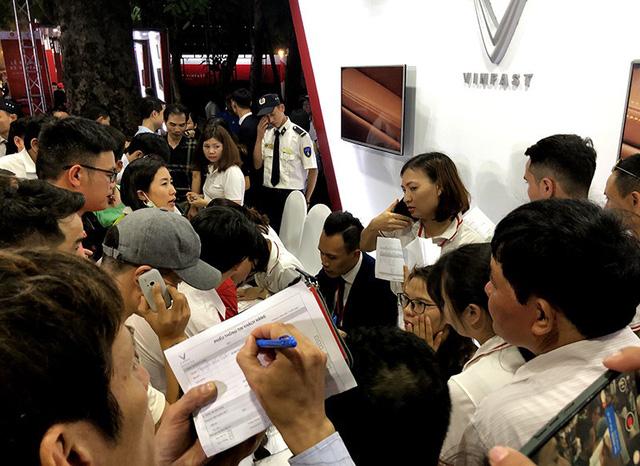 VinFast công bố mức đặt cọc đối với mẫu Fadil là 20 triệu đồng, còn với các mẫu concept Lux (cả bản A 2.0L và SA 2.0L) là 50 triệu đồng.